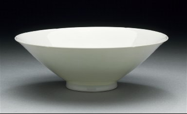 Bowl (Wan) with Foliated Rim and Dragon Medallions