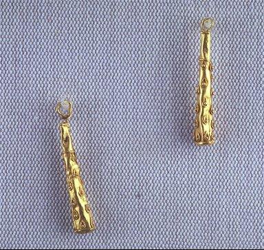 Pair of earrings in shape of Hercules' clubs