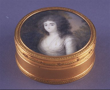 Round snuff box with miniature of a lady on lid