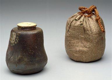 Covered tea caddy (Chaire) and presentation bag (Shifuku)