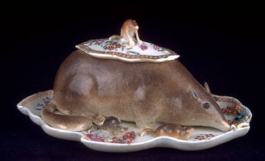 Covered dish and fixed tray in form of mouse