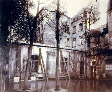 Petit bâtiment dans lequel je trouve le cloître-ancien charnier de St-Severin et