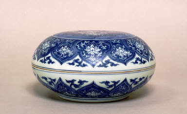 Blue and White Circular Bowl with Cover, Floral-Motif