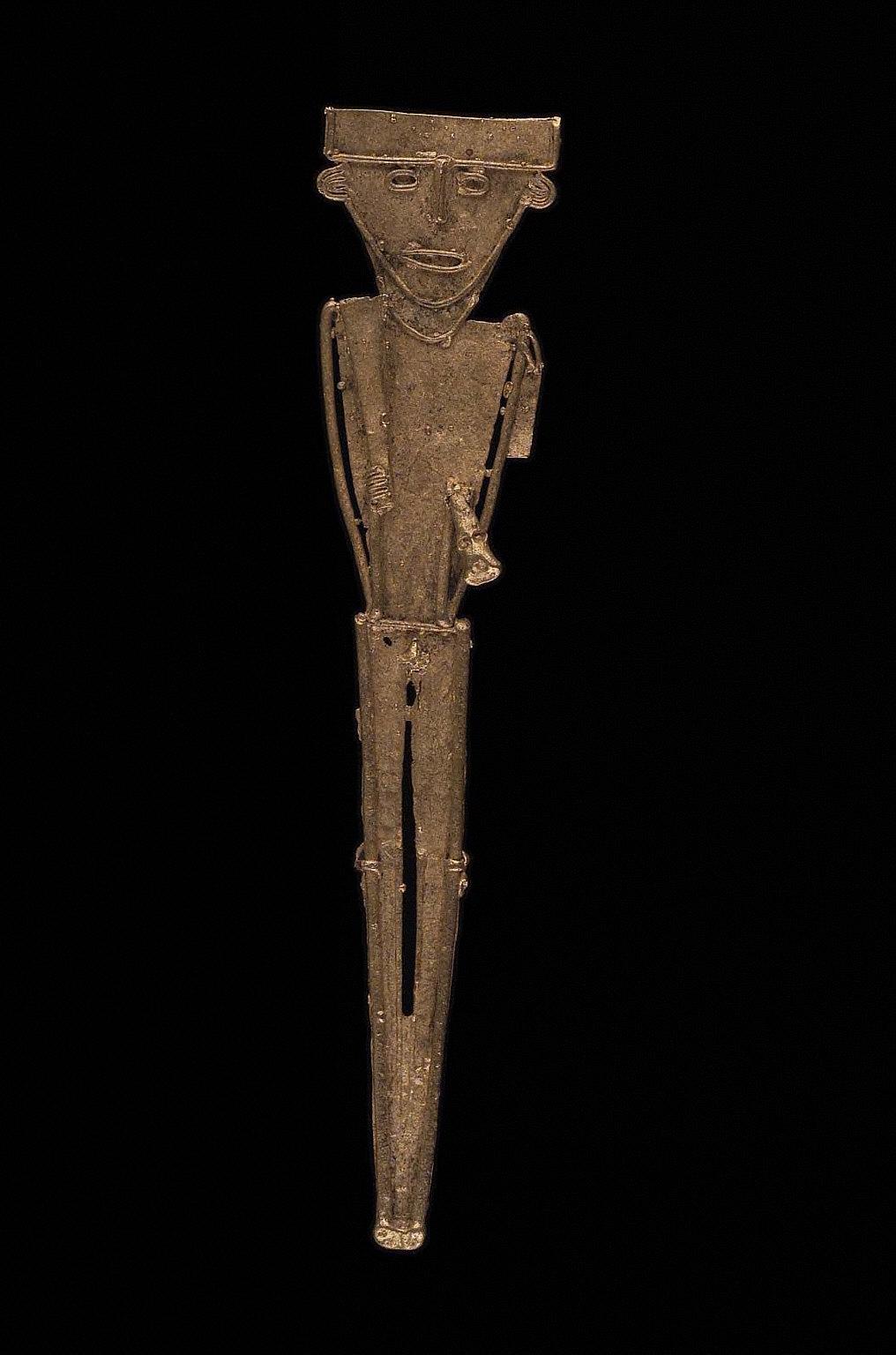 Male effigy figure holding fan and trophy head(?)