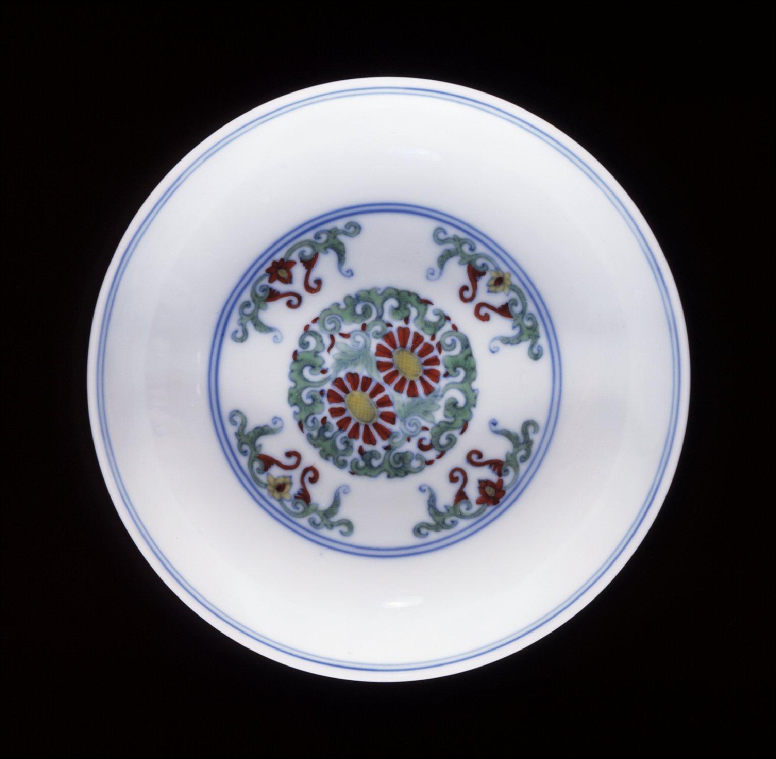 Pair of Dishes (Die) with Chrysanthemum Scrolls