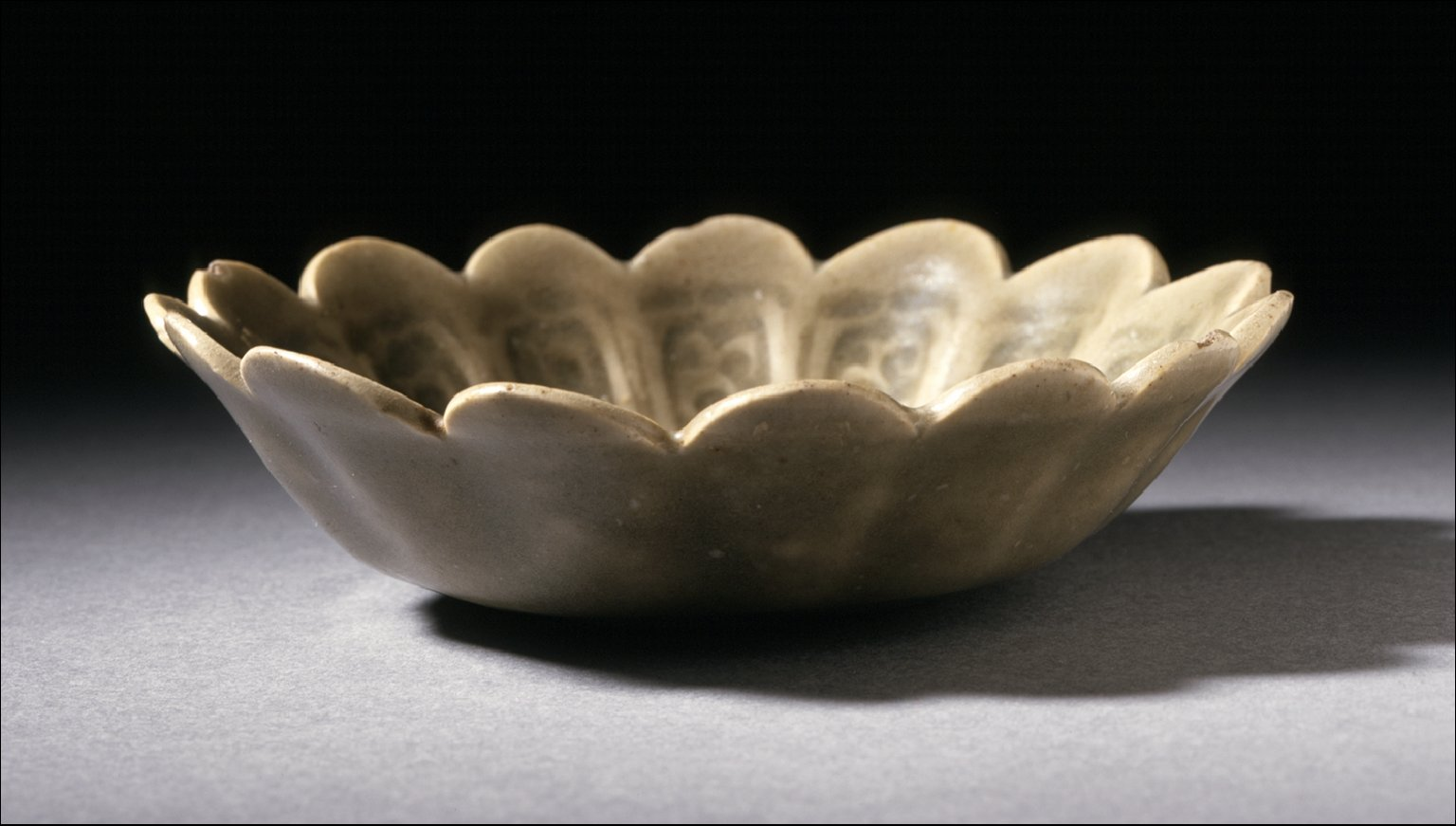 Bowl (Wan) in the Form of a Flower with Floral Scrolls