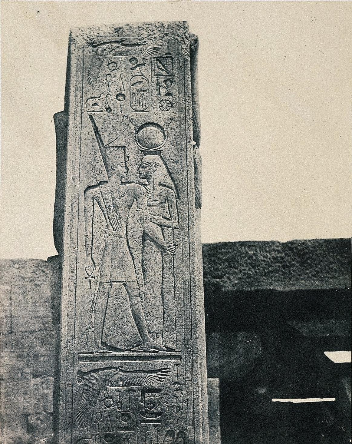 Thèbe Palais de Karnak. Piliers de vant le Sanctiaore de Granit
